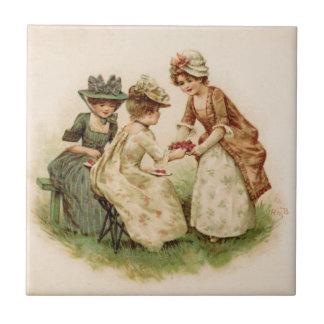 Meninas coloniais que comem o azulejo das morangos