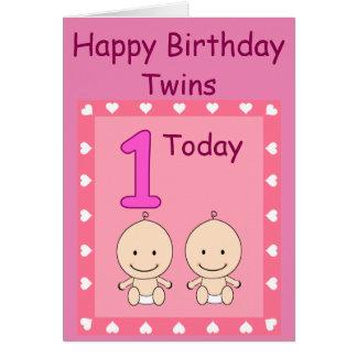 Meninas gêmeas do primeiro aniversario feitas sob cartão comemorativo