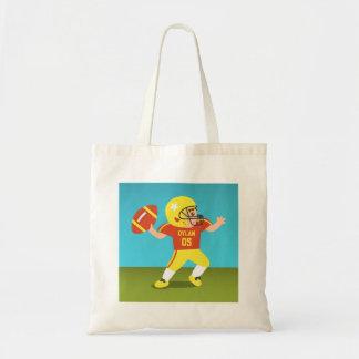 Menino bonito do futebol com capacete da estrela bolsas