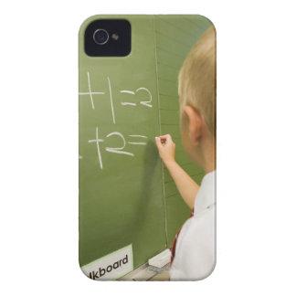 Menino caucasiano novo escrevendo em uma sala de capinha iPhone 4