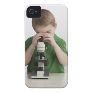 Menino caucasiano que espreita no microscópio capinha iPhone 4