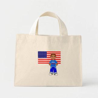 Menino da bandeira americana que está no bolsa