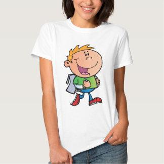 Menino de escola de passeio tshirts