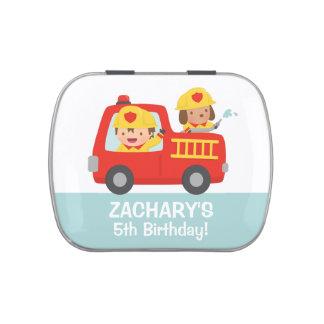 Menino do bombeiro na festa de aniversário do latinhas personalizadas