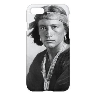 Menino do Navajo - foto histórica por Karl E. Lua Capa iPhone 7