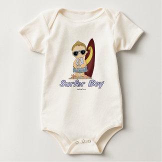 Menino do surfista macacãozinho para bebês