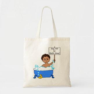 menino do tempo do banho do bolsa com desenhos