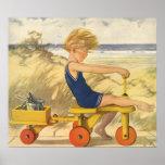 Menino do vintage que joga na praia com brinquedos posteres