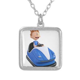 Menino dos desenhos animados em um carro abundante colar com pendente quadrado