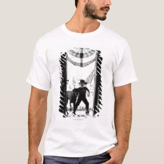 Menino e cão novos borrados no patamar camiseta