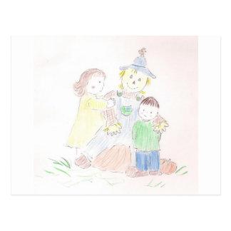 Menino e menina com espantalho cartão postal