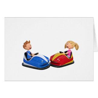 Menino e menina dos desenhos animados em carros cartão comemorativo