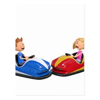 Menino e menina dos desenhos animados em carros cartão postal