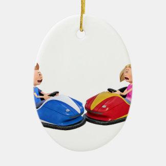 Menino e menina dos desenhos animados em carros ornamento de cerâmica oval