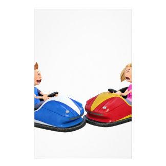 Menino e menina dos desenhos animados em carros papelaria