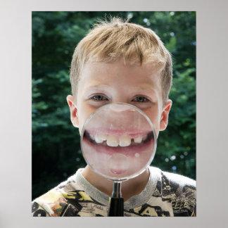 menino louro atrás do sorriso da lupa poster