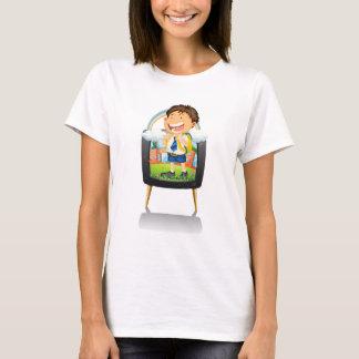 Menino na farda da escola na tevê camisetas