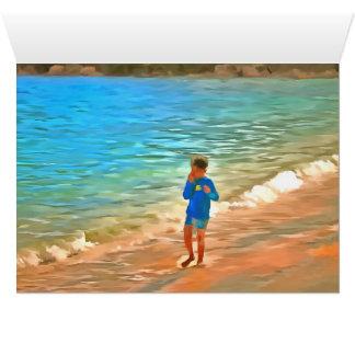 Menino na praia cartão comemorativo
