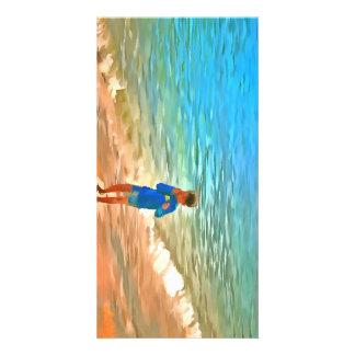 Menino na praia cartão com foto