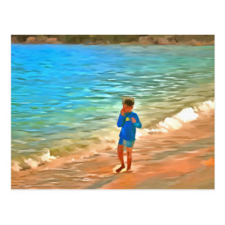 Menino na praia cartão postal