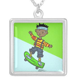 Menino no skate colar com pendente quadrado
