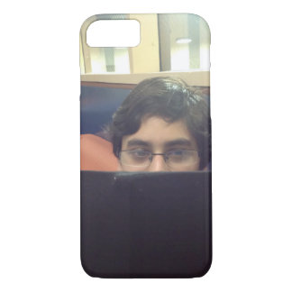 Menino paquistanês que estuda capas de iphone