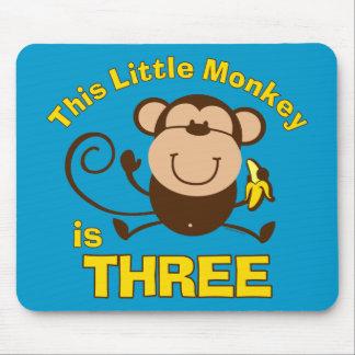 Menino pequeno do aniversário de 3 anos do macaco mousepad
