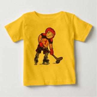 Menino que joga o hóquei camiseta para bebê