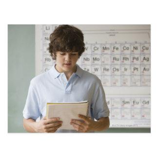 Menino Teenaged que dá o discurso na classe da ciê Cartão Postal