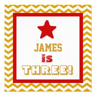 Menino V03 das vigas do ouro da criança de três an Convites Personalizado