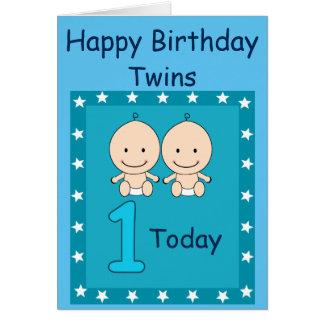 Meninos gêmeos do primeiro aniversario feitos sob cartão comemorativo
