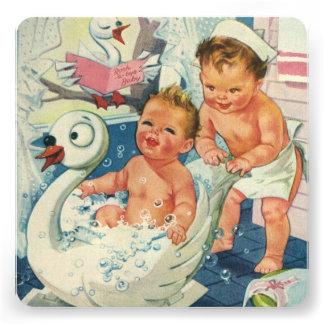 Meninos gêmeos do vintage que jogam o banho de esp convite personalizado