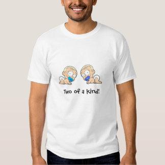 Meninos gêmeos dois de artigos de uma coleção do tshirt