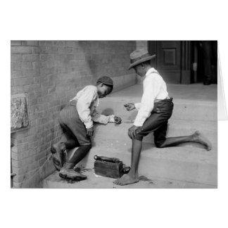 Meninos pretos que disparam nos excrementos 1901 cartão comemorativo