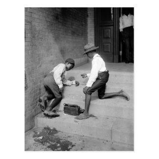 Meninos pretos que disparam nos excrementos 1901 cartão postal