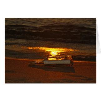 Mensagem engarrafada na praia cartão comemorativo