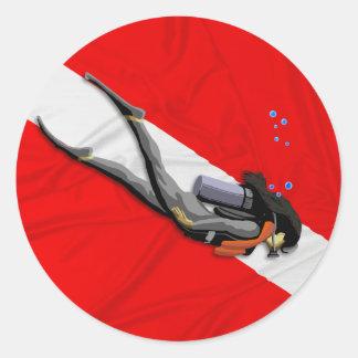 Mergulhador e bandeira enrugada do mergulho adesivo em formato redondo