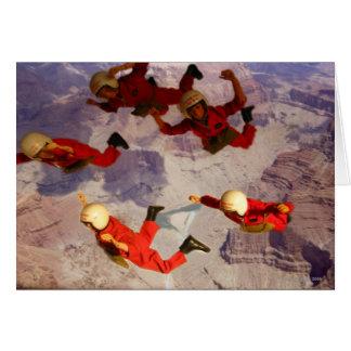 Mergulho de céu sobre o homem da ação do Grand Cartão