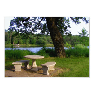 Mesa de piquenique sob uma árvore de máscara perto