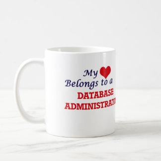 Meu coração pertence a um administrador de base de caneca de café