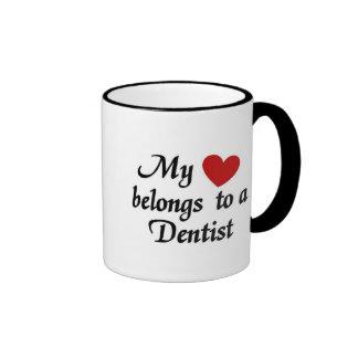 Meu coração pertence a um dentista caneca com contorno