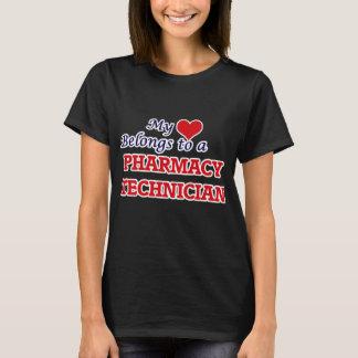 Meu coração pertence a um técnico da farmácia camiseta
