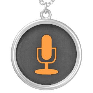 Microfone alaranjado colar banhado a prata