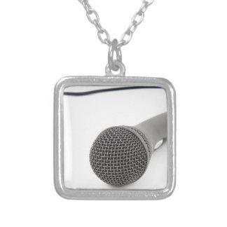 Microfone do estúdio colar banhado a prata