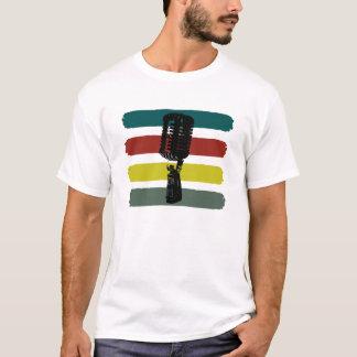Microfone do vintage e camisa das listras