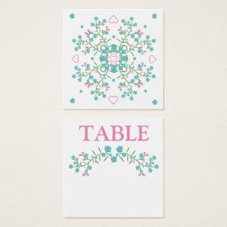Miosótis e cartão cor-de-rosa do número da mesa