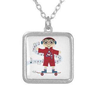 Miúdo do skate colar banhado a prata