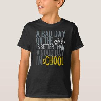 Miúdos que dão um ciclo a camisa de T