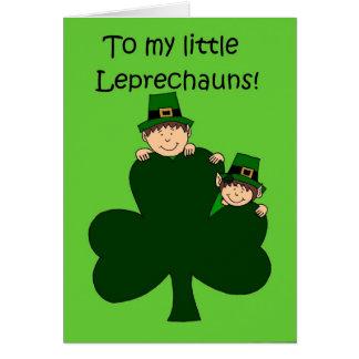miúdos triguenhos com o trevo no cartão verde