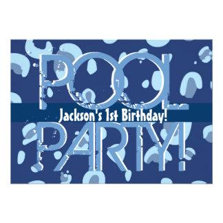 Modelo branco azul da festa na piscina do primeiro convite personalizado